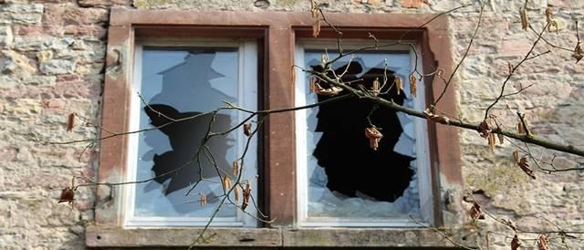 空き巣の窓ガラスの割り方は?3つの侵入手口と対策を解説
