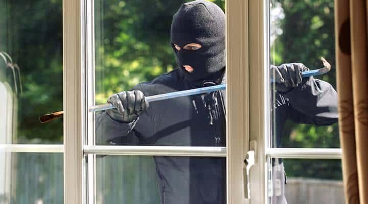 空き巣の侵入を防ぐには?窓とドアで防犯対策の3つのポイント