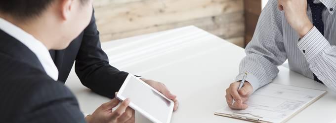 セコムの料金を値引き交渉している人と担当者の画像